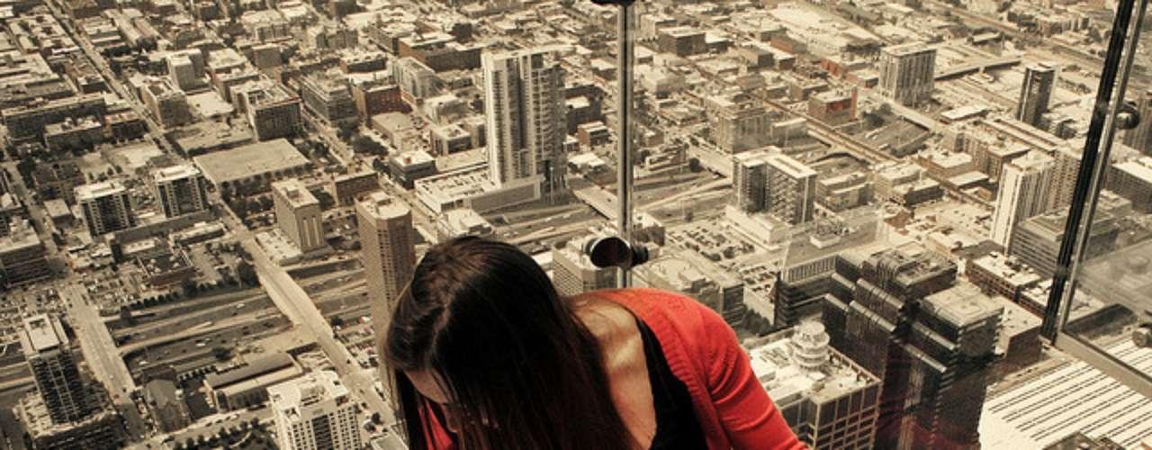 Chicago desde la Willis Tower. Este edificio dispone de un mirador con suelo de cristal construído a 412 metros de altura sobre una de las ciudades con la arquitectura más increíble de todo Estados Unidos.