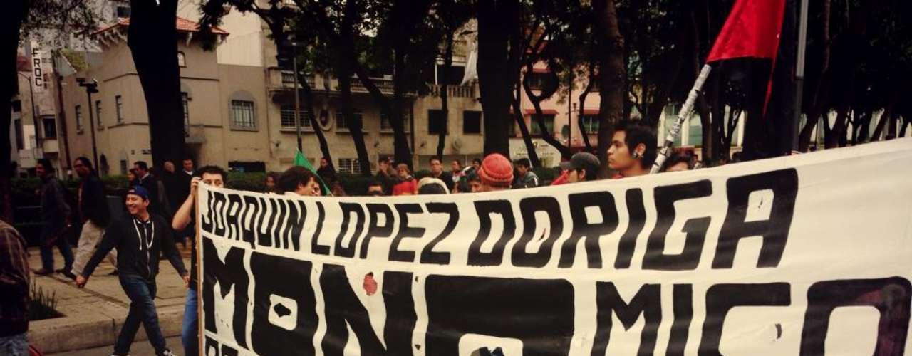Con pancartas y consignas, los manifestantes expresaron su rechazo al desalojo del plantón de la CNTE en el Zócalo capitalino que efectuaron policías federales la tarde del viernes 13 de septiembre.