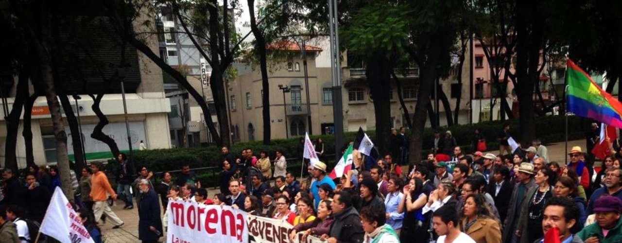 Además, marcharon integrantes del Movimiento #YoSoy132, el hijo del profesor indígena Alberto Patishtán y simpatizantes del Movimiento de Regeneración Nacional (Morena).