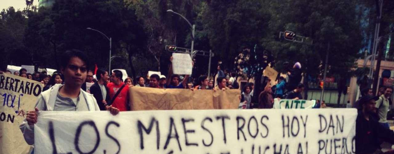 Organizaciones no gubernamentales y ciudadanos se sumaron esta tarde a una marcha convocada por los maestros de la Coordinadora Nacional de Trabajadores de la Educación (CNTE), de la Estela de Luz al Monumento a la Revolución.