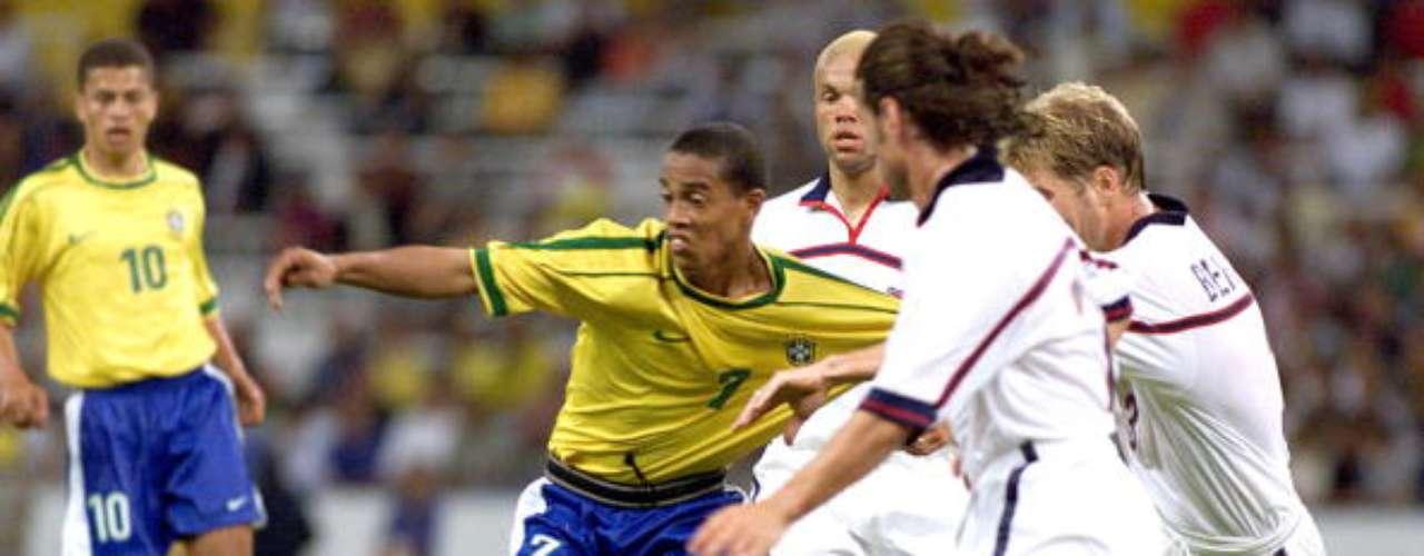 Ronaldo de Assis Moreira, conocido en el mundo del fútbol como Ronaldinho, fue una de las figuras del Brasil campeón de 1997. Al año siguiente debutaría con el Gremio, y se convertiría en estrella mundial luego de sus pasos por el Paris Saint Germain, Barcelona, Milan y ser campeón mundial en mayores en 2002. De regreso a su país, este 2013 logró su primera Copa Libertadores con el Atletico Mineiro.