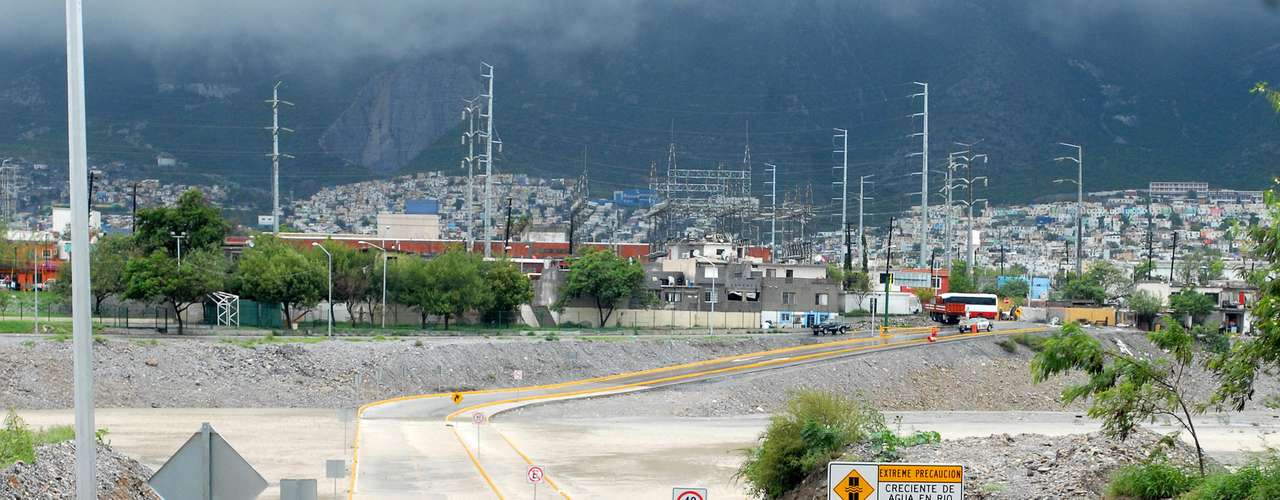La avenida Morones Prieto fue cerrada a la circulación en el municipio de Santa Catarina debido a la inundación provocada por acumulación de lodo y escombro. Esta importante vía conecta a la zona metropolitana con la carretera de cuota Monterrey-Saltillo. Otros vados en el municipio de San Pedro también han sido cerrados a la circulación.