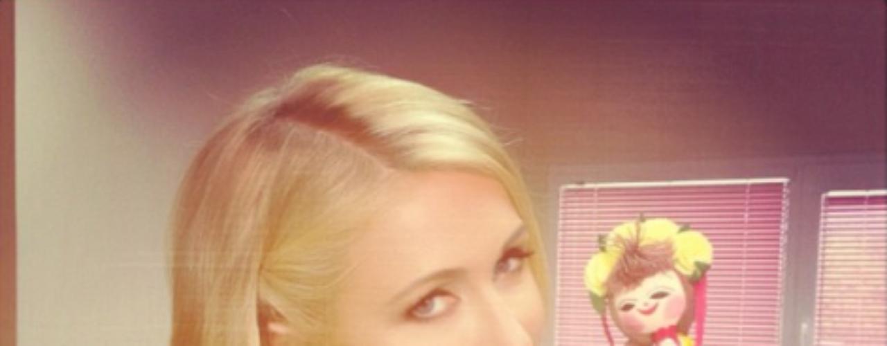 17 de Septiembre - Paris Hilton sigue de gira por Europa donde anda haciendo presentaciones enfocadas a su negocio en la industria de la moda y esta vez nos mostró un regalito que ontuvo en Bulgaria