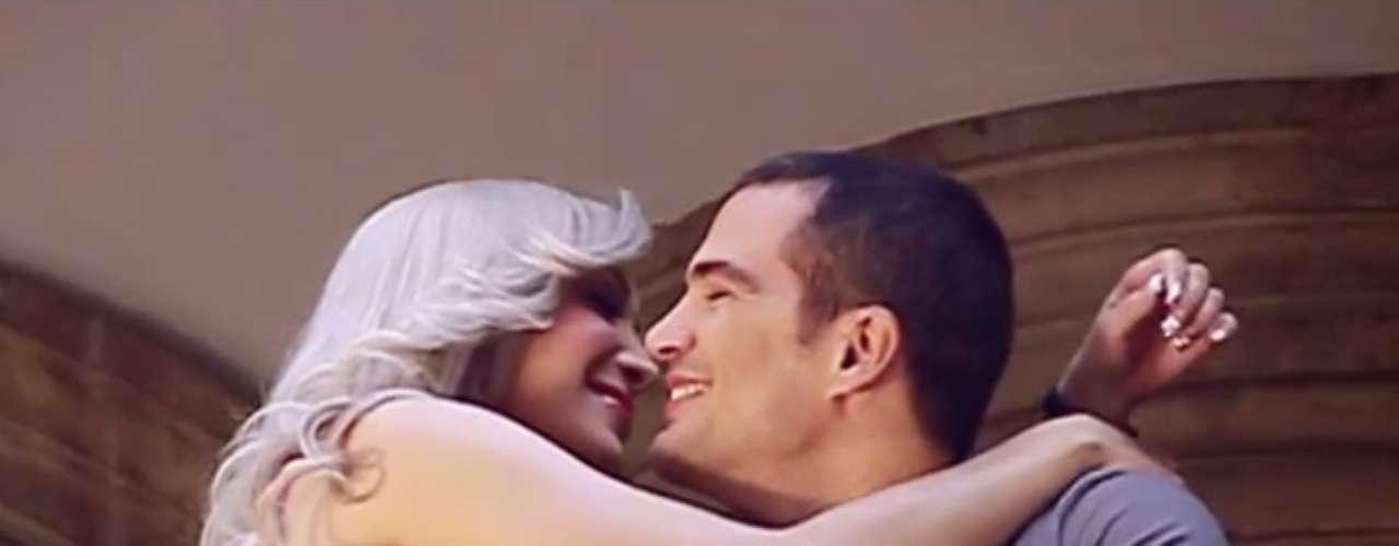 Además, algunas celebridades han aparecido en sus videos, entre ellos el actor cubano Julio Camejo, con quien hizo sensuales escenas en el clip \