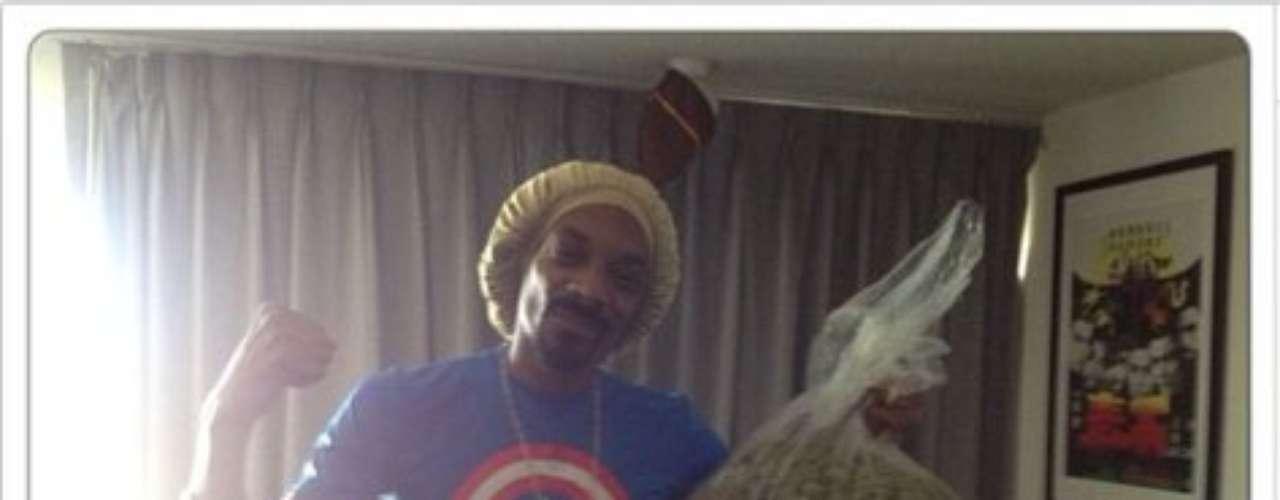 23 de Septiembre - Bien sabemos la afición de Snoop Lion por la marihuana y él lo hizo más que evidente. El rapero publicó esta foto donde se le ve con una libra de marihuana la cual ganó al apostar a favor deMayweather en su reciente pelea de box vs Saúl 'El Canelo' Álvarez.