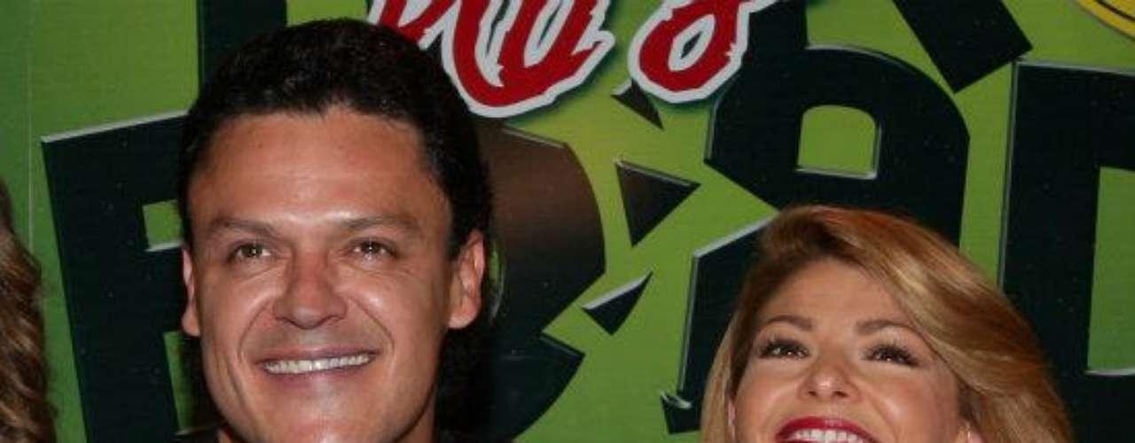 Aquí sí se conocen los motivos que llevaron a que Pedro Fernández no cruzara la palabra con Itatí Cantoralpor varios meses mientras grababan la telenovela. Resulta que las eternas jornadas y lo exigente del trabajo hizo que la relación se fatigara, hasta el punto de no querer verse las caras mutuamente. Así lo dejó saber Fernández en una entrevista con la conductora cubana Cristina Saralegui, cuando esta tenía su show en Univision.
