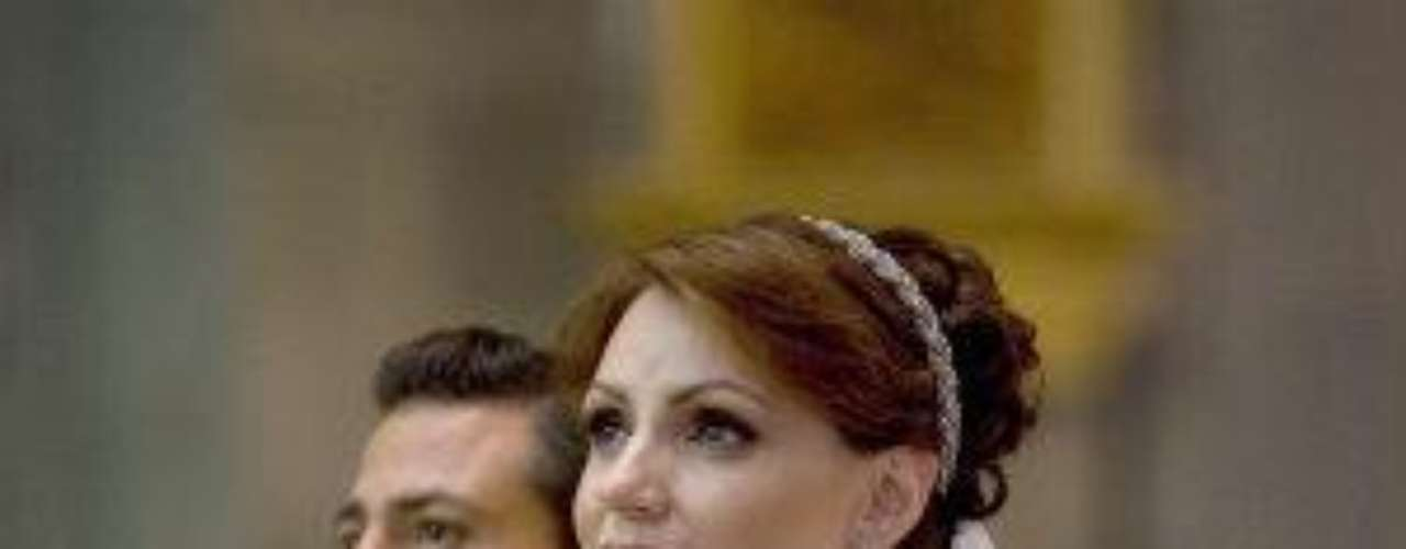 La nueva Primera Dama de México se casó con Enrique Peña Nietoen medio de un gran dispositivo de seguridad, pero en cuestión delujo, más bien reinaba la austeridad. El vestido, del diseñadormexicano Macario Jiménez, fue uno muy sencillo y su adornoprincipal era una torerita con algunos bordados. ¿Te gustó?Síguenos en  TwitterEntra a la página de 'Cachito De Cielo''Lujo,suntuosidad y belleza en la boda Derbez-Rosaldo¿Triste realidad? Lasestrellas sin maquillaje¡Qué grandes!Actrices que se 'inflamaron' con el tiempo
