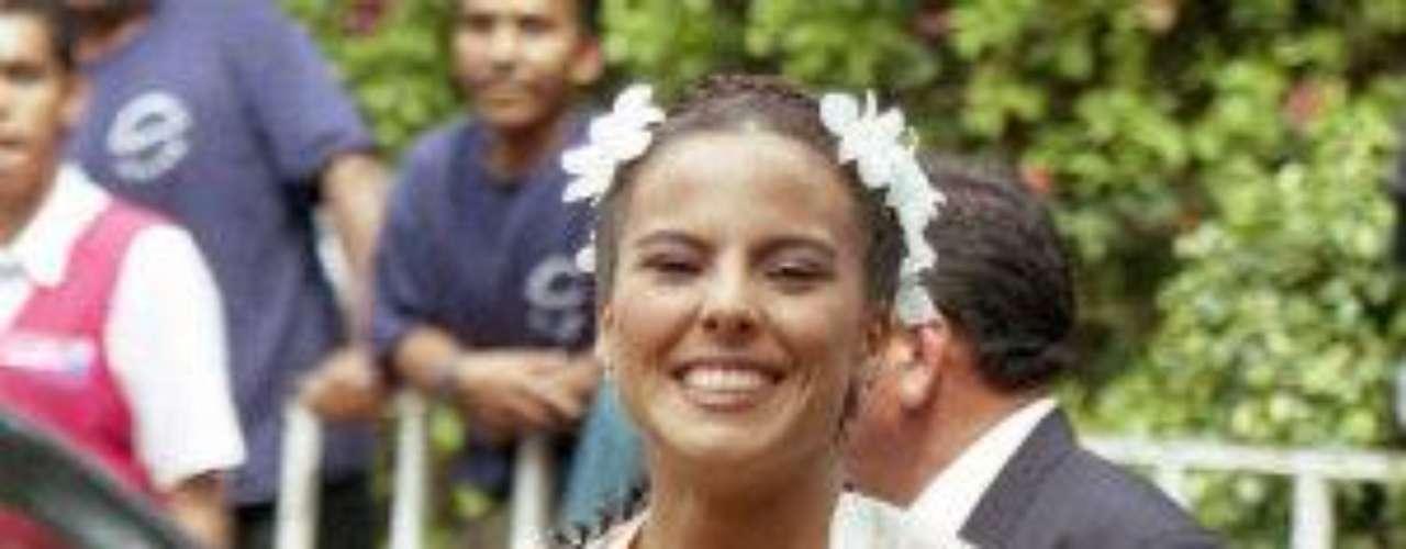 La boda civil realizada en el año 2001 fue muy elegante. 'La ReinaDel Sur' eligió llevar un vestido largo color hueso y en el cabellolució un tocado muy discreto.Síguenos en  TwitterEntra a la página de 'Cachito De Cielo''Lujo,suntuosidad y belleza en la boda Derbez-Rosaldo¿Triste realidad? Lasestrellas sin maquillaje¡Qué grandes!Actrices que se 'inflamaron' con el tiempo