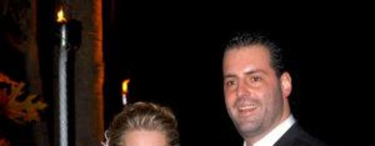 Pero muy elegante. Emocionada y ataviada con un elegante vestidoblanco con adornos en gris perla, la querida conductora detelevisión contrajo nupcias civiles con el empresarioRodrigo Díazen enero de 2009. La belleza del enlace contrastó con lo poco queduró el amor de la pareja, pues el divorcio llegó 2 años después.Síguenos en  TwitterEntra a la página de 'Cachito De Cielo''Lujo,suntuosidad y belleza en la boda Derbez-Rosaldo¿Triste realidad? Lasestrellas sin maquillaje¡Qué grandes!Actrices que se 'inflamaron' con el tiempo