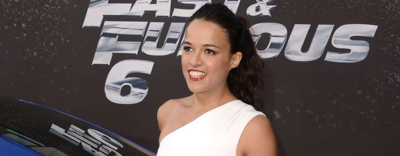 Michelle Rodriguez admitió, después de años de enfrentar rumores sobre su supuesta homosexualidad, que le gustan tanto los hombres como las mujeres en una entrevista. \