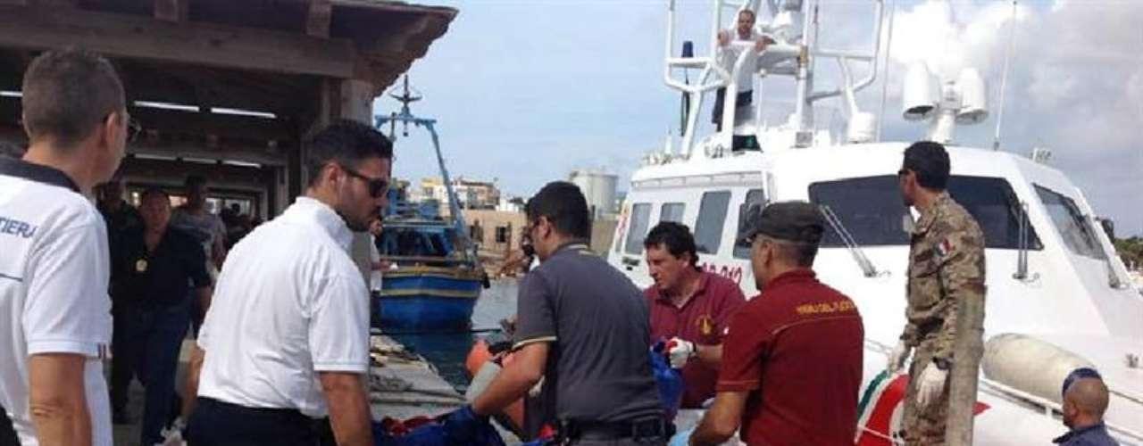 Al menos 92 personas murieron en el naufragio del barco de inmigrantes frente a las costas de la isla siciliana de Lampedusa y 150 fueron rescatadas.Según los relatos de los sobrevivientes la tragedia ocurrió tras encender un fuego para llamar la atención de las autoridades italianas después de llevar horas en alta mar. Pero la barcaza se incendió, cundió el pánico, muchos inmigrantes se arrojaron al mar, desestabilizando la embarcación, que volcó.