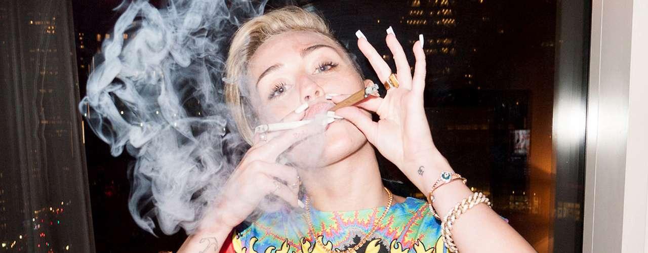 En la sesión de fotos,Miley Cyrus aparece usando breves prendas de ropa que dejan muy poco de su anatomía a la imaginación.
