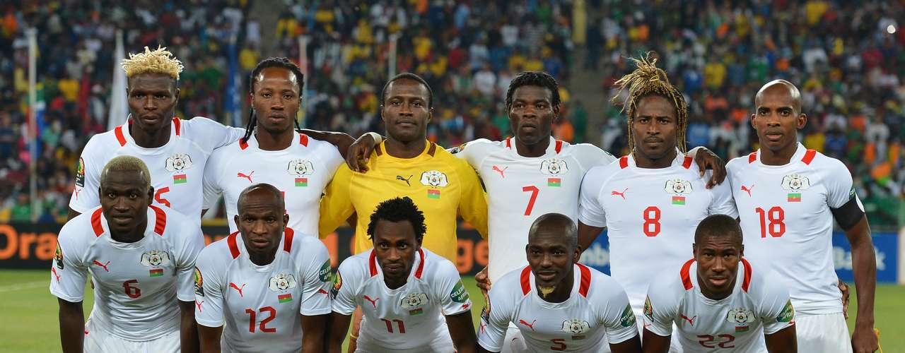 El final de las eliminatorias está cercay aunque se presume que al Mundial sólo asisten las mejores selecciones, hay equipos que aparecen con un ranking mayor al 50 que pueden estar en Brasil, como Burkina Faso, ubicado en el lugar 51 que pelea su lugar con Argelia.