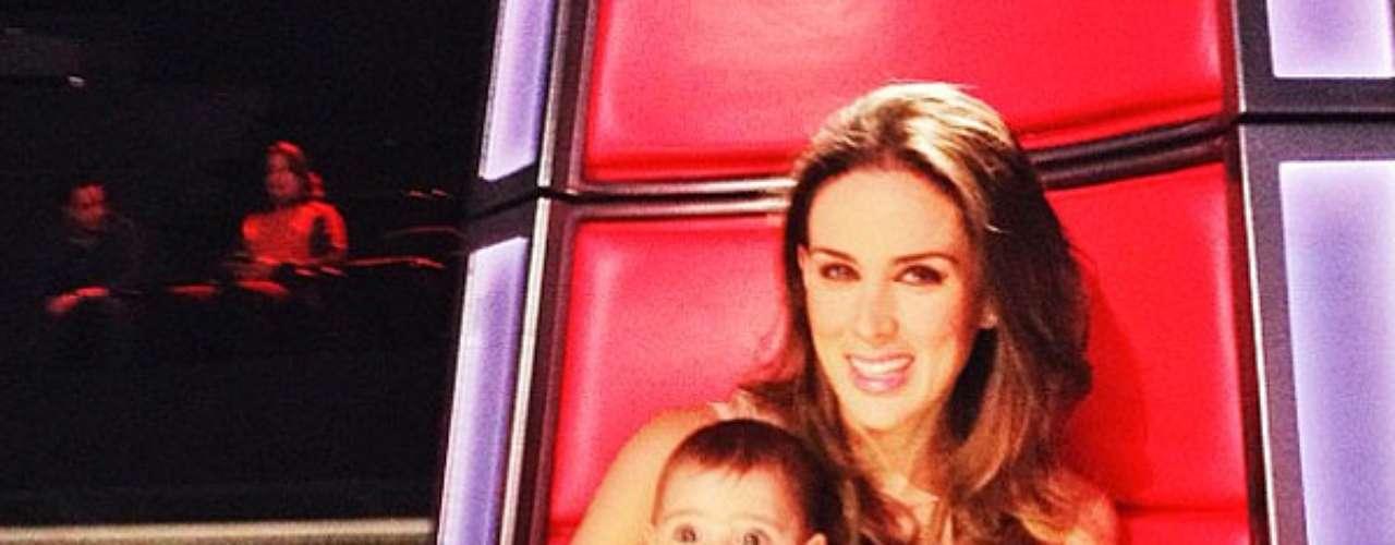 17 de Octubre - Jacky Bracamontes lleva a su bebita a las grabaciones de 'La Voz México' donde en esta foto como que quiso imitar a Shakira cuando fue coach en el programa. ¿La recuerdan?