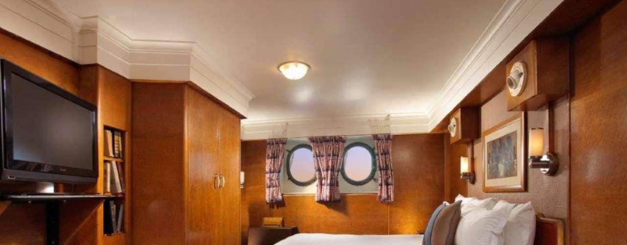 Aprovecha para quedarte en alguna de las lujosas habitaciones del barco. No te garantizamos que descanses: a los espectros les gusta jalar los pies de las personas.