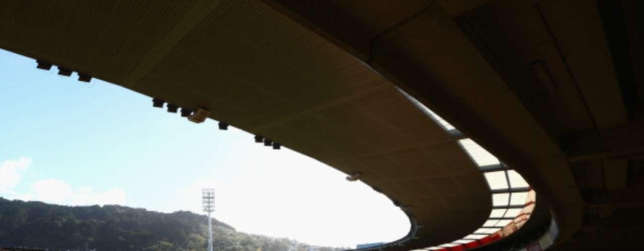 Sin embargo, el gran récord con todos los asistentes en el interior del estadio le pertenece a un concierto de Robbie Williams, que metió 42 mil 500 personas.