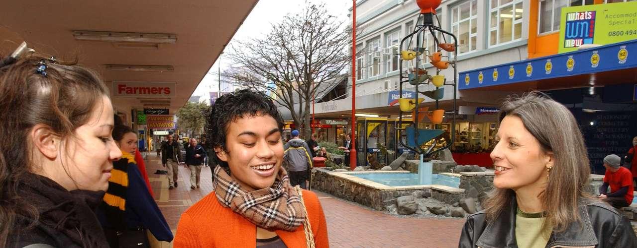 No puede faltar es un recorrido por Cuba Street, que concentra restaurantes, bares y es el lugar bohemio y de expresión cultural de la capital de Nueva Zelanda.