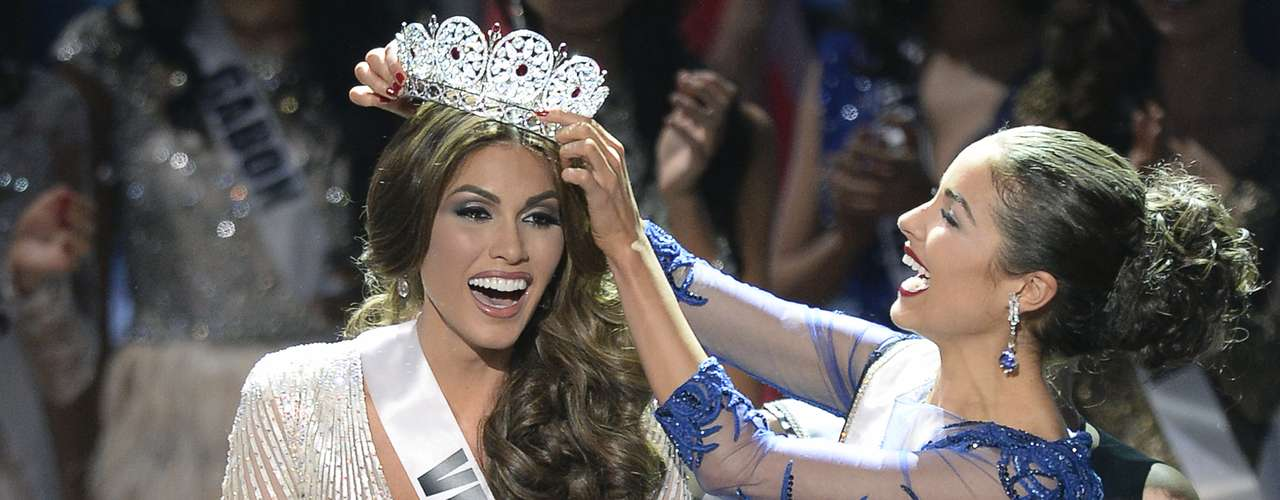 Aquí vemos el emocionante instante en que María Gabriela recibe la corona de su predecesora, la norteamericana Olivia Culpo.