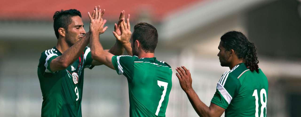 Con doblete de Rafael Márquez, y goles de Miguel Layún y Jesús Molina, la Selección Mexicana venció 4-0 a Lobos BUAP, en un juego de preparación de cara al repechaje contra Nueva Zelanda.