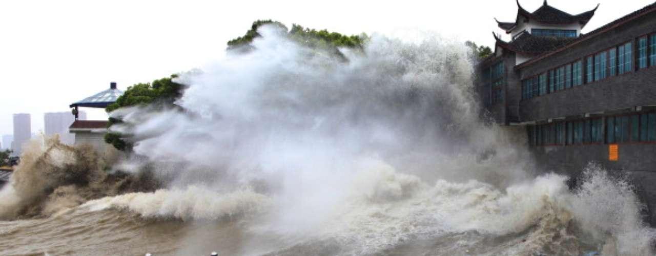 De acuerdo con la Administración Nacional Oceánica y Atmosférica (NOAA, por sus siglas en inglés), fuertes vientos empujan la superficie de las aguas adelante del sistema en el lado derecho de su camino y causan más del 85% del aumento del ciclón.