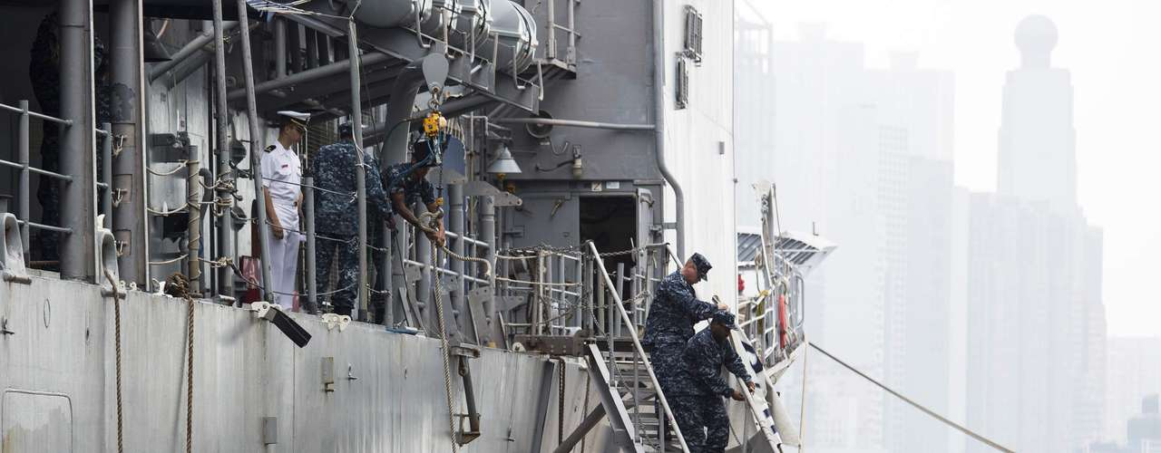 U.S. Navy sailors arrange the ladder of the USS Antietam (CG-54) from the George Washington Battle Group before sailing to the Philippines at Hong Kong Victoria Harbor November 12, 2013. A U.S. aircraft carrier set sail for the Philippines on Tuesday to accelerate relief efforts after a typhoon killed an estimated 10,000 people in one coastal city alone, with fears the toll could rise sharply as rescuers reach more isolated towns. REUTERS/Tyrone Siu (CHINA - Tags: POLITICS MILITARY)