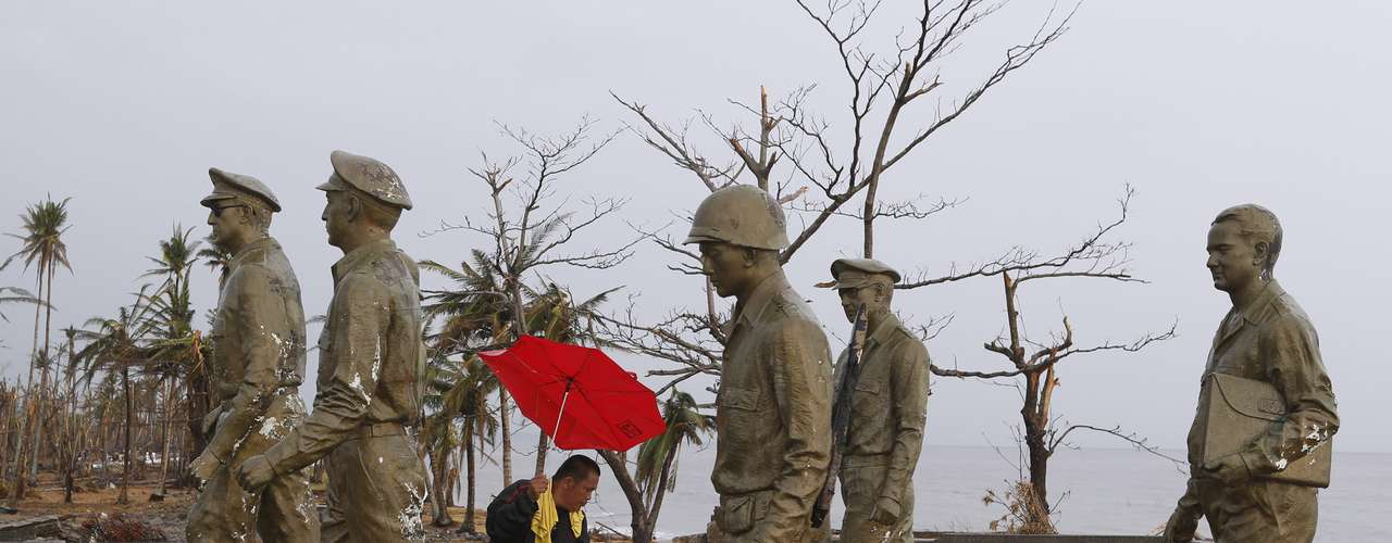 A resident inspects one of the statues at the U.S. General Douglas MacArthur shrine that fell at the height of super typhoon Haiyan last Friday in Palo, Leyte province in central Philippines November 12, 2013. REUTERS/Erik De Castro (PHILIPPINES - Tags: DISASTER ENVIRONMENT)