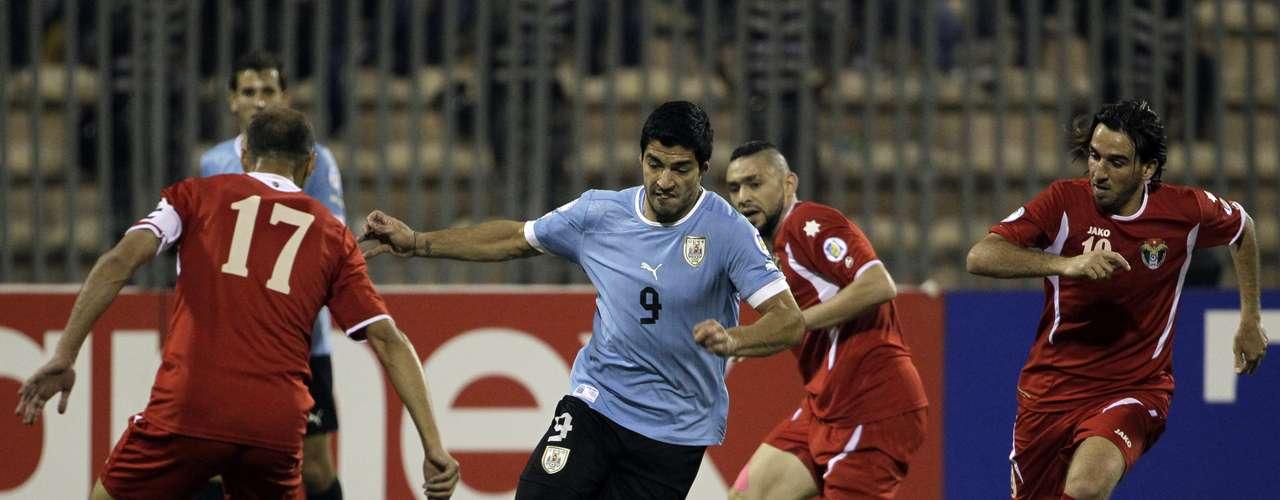 El 'Maestro' Óscar Tabárez recurrió a sus principales figuras para este crucial partido en Ammán, y el equipo comenzó generando peligro ya desde los primeros instantes.