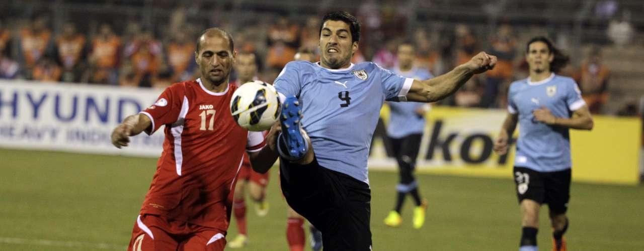 Luis Suárez recibió de Cristian Rodríguez en el minuto 5 en el área pequeña, pero el salteño envió el balón demasiado alto. En el 16, la estrella del Liverpool inglés abrió por la derecha y cedió para Stuani, que probó suerte desde una buena posición, pero la zaga local repelió la pelota.
