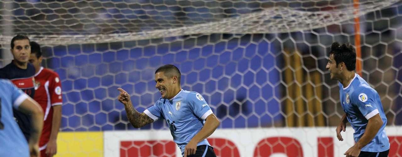 El primer tiempo mostró una amplia superioridad uruguaya y terminó con un 2-0 a favor del equipo sudamericano.