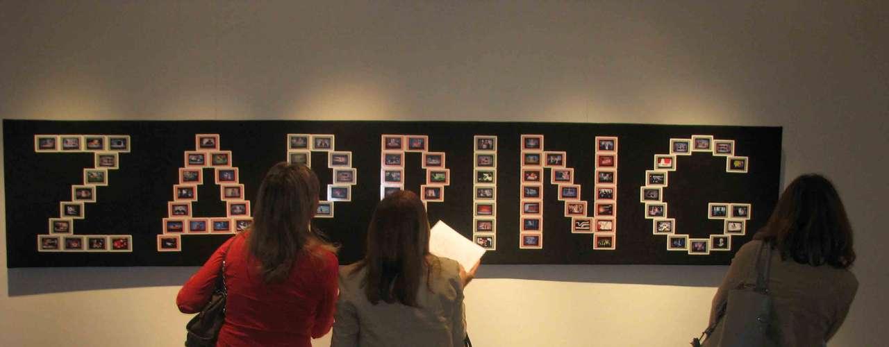 Todos los invitados hicieron uso de sus cámaras fotográficas de sus teléfonos móviles para fotografiarse junto a las obras originales.