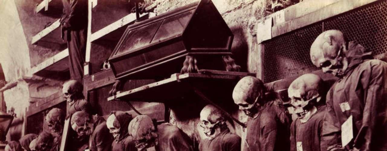 Catacumbas de los capuchinos, Palermo, Italia. Esta cripta subterránea alberga cientos de cuerpos embalsamados en la Edad Media por los monjes capuchinos. Para tratarlos, los cuerpos se deshidrataban y trataban con vinagre. Uno de los cuerpos más macabros es el de Rosalia Lombardo, una pequeña de dos años cuyo organismo está prácticamente intacto.