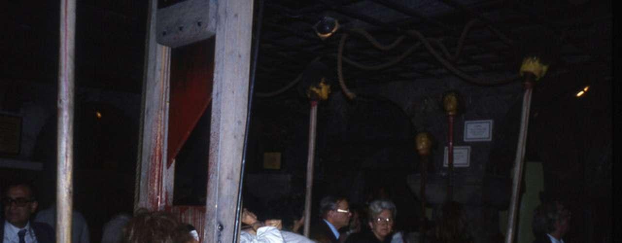 Cámara de horror en Madame Tussauds, Londres. El famoso museo de cera cuenta con una sección de terror que da escalofrios hasta a los más valientes. Alberga, entre otras figuras tenebrosas, una reproducción en tamaño real de una de las víctimas de Jack el Destripador. Dicen las malas lenguas que aquí asustan.