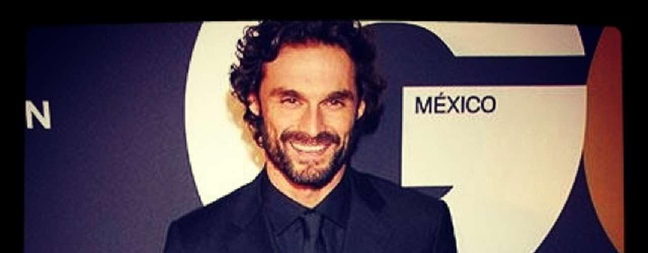 15 de Noviembre - El guapo Iván Sánchezen la alfombra roja de los premios GQ México, luciendo el saco y corbata como pocos pueden. ¡Vaya hombre!