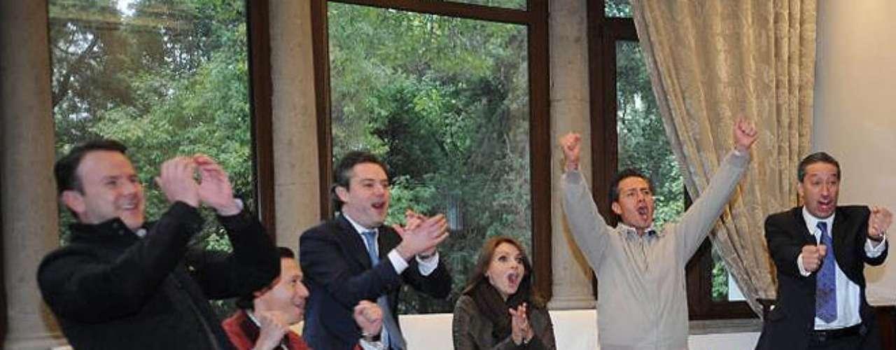 15 de Noviembre -El presidente de México junto a la primera dama y la ex actriz Angélica Rivera celebraronel penoso triunfo de México vs. Nueva Zelanda