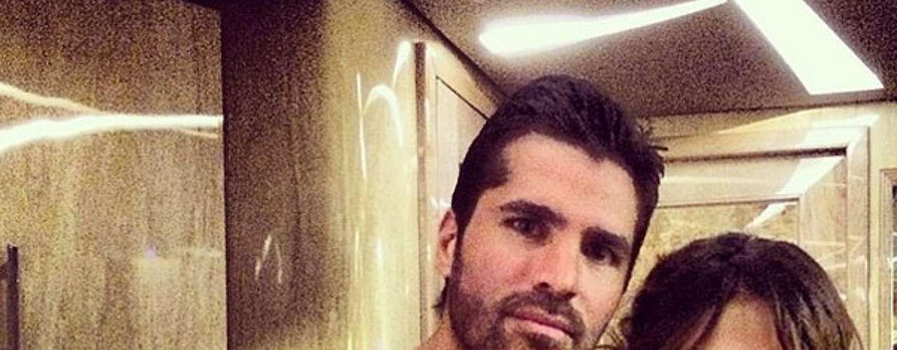 15 de Noviembre -Eduardo Verástegui demuestra que sabe con quién juntarse al posar con la guapa Selena Gómez. Será que lo que pasa en Las Vegas...