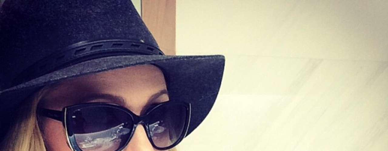 18 de Noviembre - Paris Hilton modeló su propia línea de lentes de sol porque, como ya sabemos, se trata de una mujer tímida y recatada.