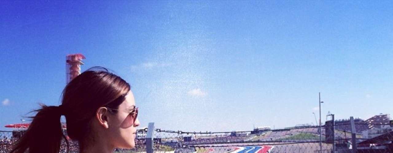 18 de Noviembre - Eiza González estuvo en Austin para las carreras de autos. Parece que tanta velocidad la hizo detenerse y reflexionar un poco.