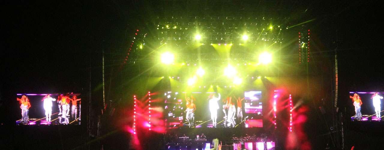 Una serie de proyecciones y juegos de luz, complementaron el espectáculo del intérprete de 'Love Me Like You Do'.