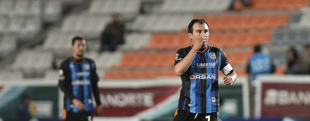 Luis Pérez, quien se ha consolidado en Querétaro, bajo la dirección técnica de Nacho Ambriz, es el jugador con mayor experiencia de Gallos, ya que ha tenido la oportunidad de jugar finales en el futbol mexicano.