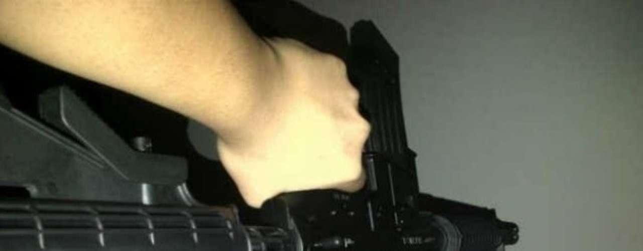 El hijo de 'El Mayo' presume un rifle de asalto.