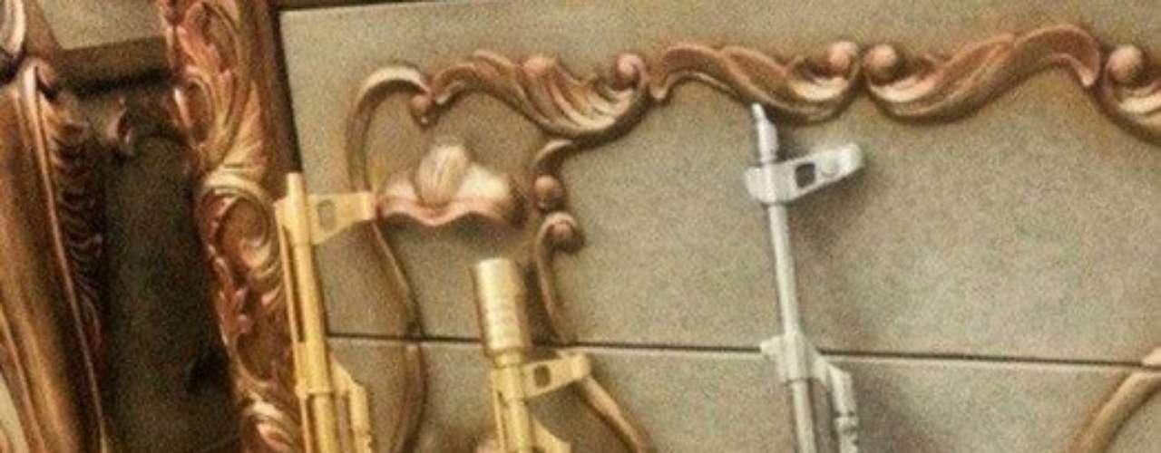 Rifles AK-47 bañados en lo que parece ser oro y plata.