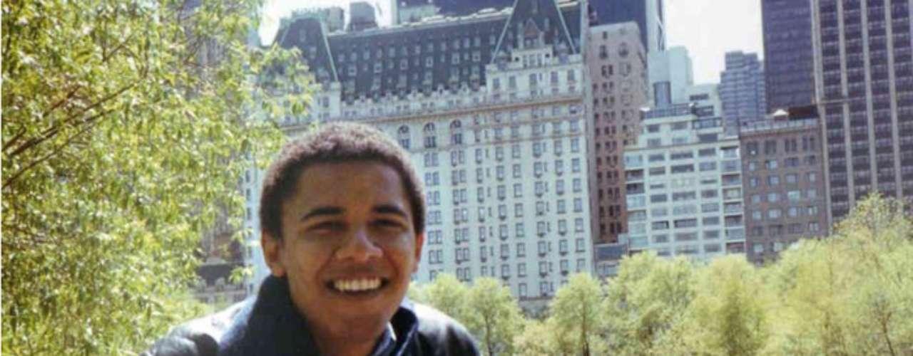 Barack Obama antes de asistira la universidad, vivióen Los Ángeles, en Honolúlu, y en Indonesia.