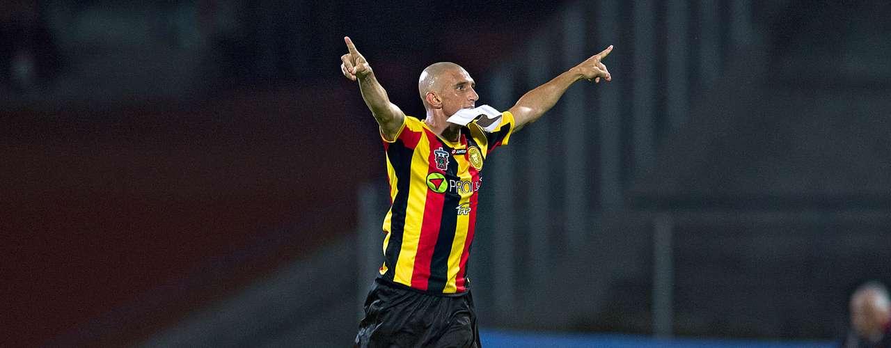 El brasileño Rodrigo Follées capitán de los tapatíos y bien puede incorporarse al ataque para marcar.