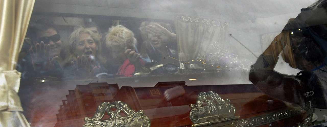 Ricardo Fort fue enterrado en un cementerio de Pilar esta tarde, en una ceremonia íntima donde sólo estuvieron los más allegados. Entre ellos, se destacó la presencia de su compañero de toda la vida, Gustavo Martínez, que no se separó del cajón. También estuvo Marta, la madre del empresario y productor artístico, y el hijo mayor, Felipe, que también acompañó el cajón.