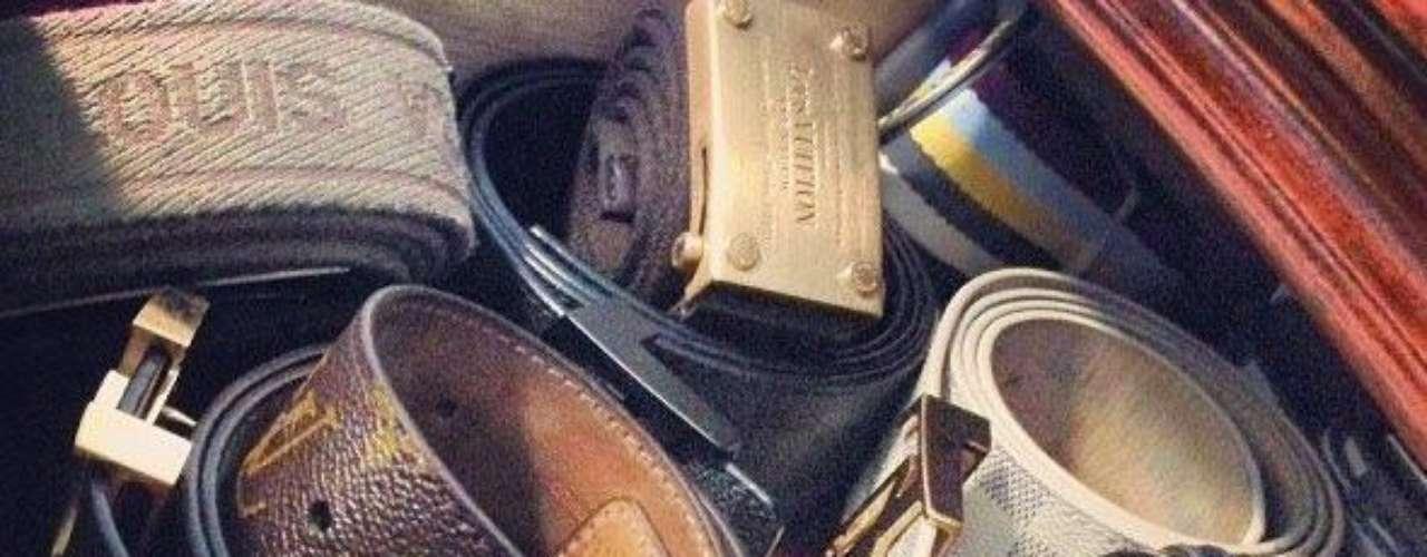 Guzmán muestra su gusto por accesorios de caras y prestigiosas marcas. Como los cinturones de la fotografía en su cuenta de Twitter.