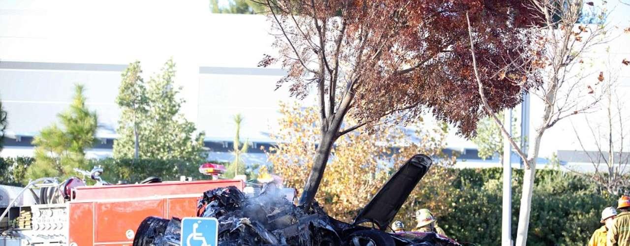 Rodas perdió el control del Porsche y se chocó de frente contraun poste y luego contra un árbol.