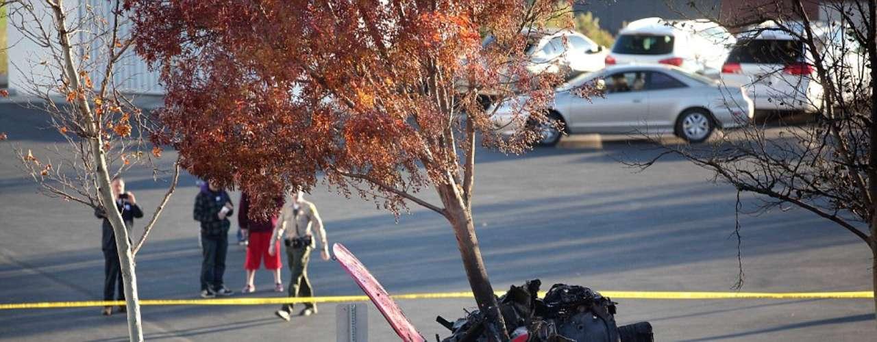 Los asistentes que estaban cerca acudieron con extintores para apagar el fuego, pero solo hasta que llegaron los bomberos pudieron controlar las llamas.