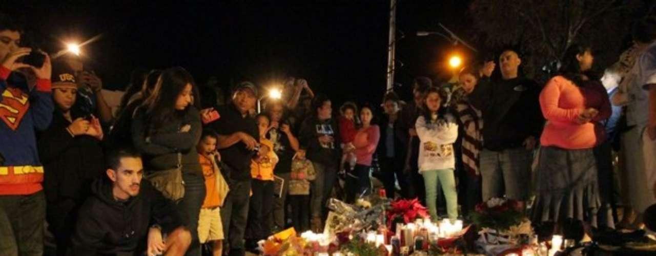 Cientos de fanáticos de Paul Walker y seguidores de la saga de 'Rápidos y Furiosos' se hicieron presentes con fotografías, velas y recuerdos en Valencia, California, zona en que el actor perdió la vida en un accidente automovolístico el 30 de noviembre de 2013.