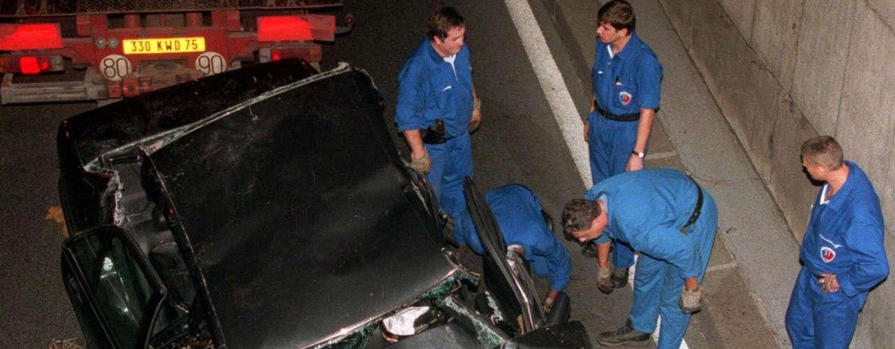 El auto en el que viajaban quedó destrozado y la 'Princesa del pueblo' murió inmediatamente.