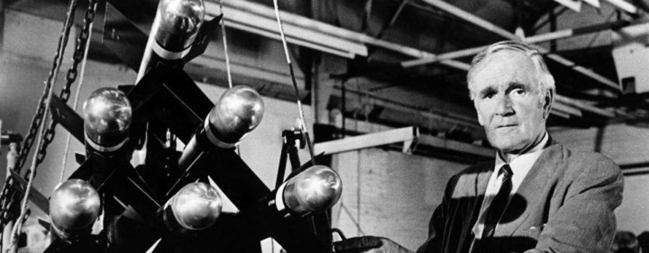 Desmond Llewelyn fue conocido como Q en la saga del agente 007, James Bond. El 19 de diciembre de 1999 murió a bordo de su Renault Megane en una carretera en Berwick, Inglaterra. Falleció a los 85 años.